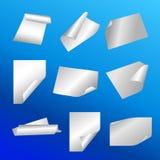 Etiqueta engomada de papel en fondo azul Ilustración del Vector