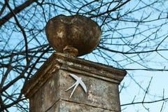 Etiqueta engomada del gorrión en un pilar Fotografía de archivo