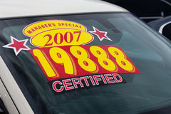Etiqueta engomada del precio en la porción del coche usado Fotografía de archivo libre de regalías