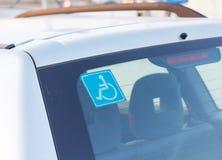 Etiqueta engomada discapacitada del estacionamiento en el coche Foto de archivo libre de regalías