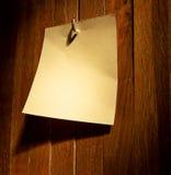 Etiqueta engomada vacía en una cerca de madera Imágenes de archivo libres de regalías