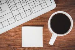 Etiqueta engomada y la taza de café Fotografía de archivo libre de regalías