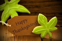 Etiqueta feliz da ação de graças com folhas verdes Fotos de Stock Royalty Free