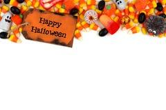 Etiqueta feliz de Dia das Bruxas com beira da parte superior dos doces sobre o branco Imagens de Stock Royalty Free