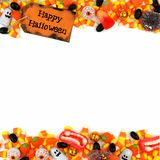 Etiqueta feliz de Dia das Bruxas com beira do dobro dos doces sobre um fundo branco Imagens de Stock Royalty Free