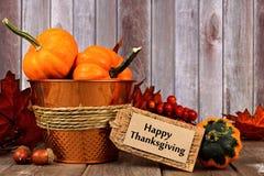 Etiqueta feliz de la acción de gracias, y decoración del otoño con el fondo de madera rústico Imagen de archivo