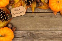 Etiqueta feliz do presente da ação de graças com beira do canto do outono sobre a madeira Imagens de Stock Royalty Free