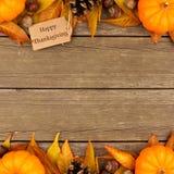 Etiqueta feliz do presente da ação de graças com beira do dobro do outono sobre a madeira Fotos de Stock