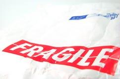 Etiqueta frágil y sobre blanco viejo Fotos de archivo libres de regalías