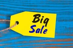 Etiqueta grande amarilla de la venta Diseñe para las ventas, descuento, publicidad, precios del márketing de la ropa, mobiliario, Fotos de archivo libres de regalías