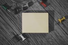 Etiqueta limpa amarela no fundo monocromático Fotos de Stock