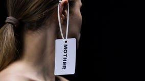 Etiqueta masculina en el oído de la señora, papel femenino tradicional de la madre de la ejecución de la mano en sociedad almacen de metraje de vídeo