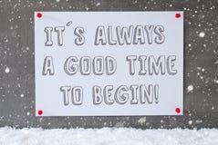 A etiqueta na parede do cimento, flocos de neve, cita sempre a hora de começar imagem de stock royalty free