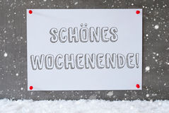 A etiqueta na parede do cimento, flocos de neve, Schoenes Wochenende significa o fim de semana feliz Fotos de Stock Royalty Free