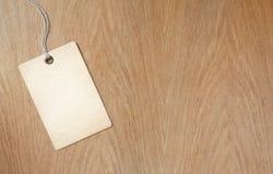 Etiqueta o etiqueta de precio en fondo de madera de la tabla Foto de archivo