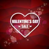 A etiqueta ou a etiqueta da venda da forma do coração do dia de Valentim no fundo vermelho abstrato com borrão iluminam-se Cartaz Foto de Stock Royalty Free