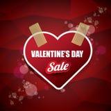 A etiqueta ou a etiqueta da venda da forma do coração do dia de Valentim no fundo vermelho abstrato com borrão iluminam-se Cartaz Fotografia de Stock Royalty Free
