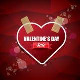 A etiqueta ou a etiqueta da venda da forma do coração do dia de Valentim no fundo vermelho abstrato com borrão iluminam-se Cartaz Imagem de Stock Royalty Free