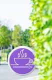 Etiqueta púrpura en el jardín de la mañana fotografía de archivo