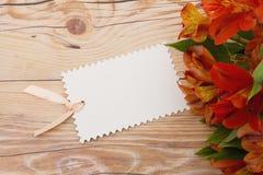 Etiqueta preta do presente com flores Imagem de Stock