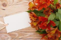 Etiqueta preta do presente com flores Imagens de Stock