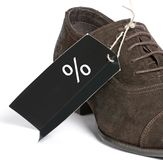 Etiqueta preta em sapatas do homem à moda. Discontos. sal Imagem de Stock