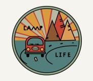Etiqueta redonda com a camionete do vintage no estilo retro o A estrada, o sol nas montanhas Símbolo de livre ilustração stock