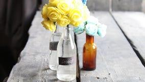 Etiqueta retra de Gracias y flores agradables en las botellas decorativas almacen de metraje de vídeo