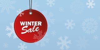 Etiqueta roja de la venta del invierno en fondo azul nevoso ilustración del vector