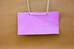Etiqueta rosada del nombre del estilo del vintage en el fondo de papel de madera Fotografía de archivo libre de regalías