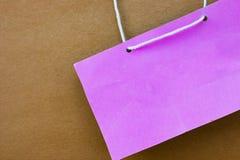 Etiqueta rosada del nombre del estilo del vintage en el fondo de papel de madera Fotos de archivo libres de regalías