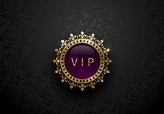 Etiqueta roxa do Vip com a coroa dourada redonda do quadro do anel no fundo floral preto Molde superior real lustroso escuro Luxo ilustração stock