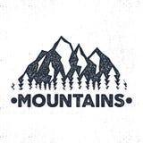 Etiqueta tirada mão da aventura Montanhas e ilustração da floresta Projeto da tipografia com explosões do sol Torne áspero o esti ilustração do vetor