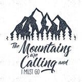 Etiqueta tirada mão do advventure da montanha chamando a ilustração O projeto da tipografia com sol estoura árvores e Torne ásper ilustração do vetor