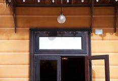 Etiqueta vazia de madeira em uma porta Fotos de Stock Royalty Free