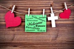 Etiqueta verde com boa vinda em línguas diferentes Fotografia de Stock Royalty Free