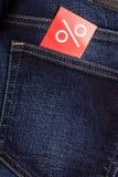 Etiqueta vermelha com sinal de por cento na sarja de Nimes Foto de Stock Royalty Free