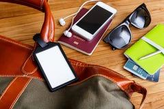 Etiqueta y bolso del viaje con los accesorios turísticos Fotos de archivo