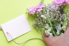 Etiqueta y flores en blanco Imágenes de archivo libres de regalías