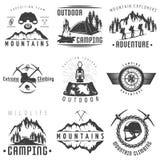 Etiquetas blancas negras de las montañas ilustración del vector