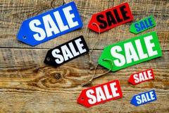 Etiquetas coloridas da venda na opinião superior do fundo de madeira escuro Imagem de Stock Royalty Free