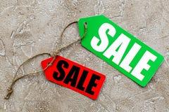 Etiquetas coloridas da venda na opinião superior do fundo de pedra claro Imagens de Stock Royalty Free