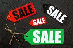 Etiquetas coloridas da venda na opinião superior do fundo de pedra preto Foto de Stock Royalty Free