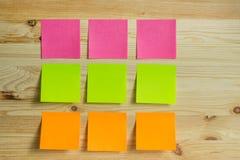 Etiquetas coloridas em um fundo de madeira Imagem de Stock