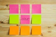 Etiquetas coloridas em um fundo de madeira Foto de Stock Royalty Free
