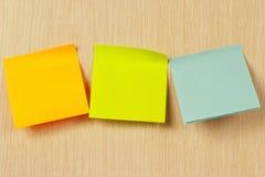 Etiquetas coloridas na placa de madeira Fotos de Stock