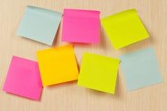 Etiquetas coloridas na placa de madeira da observação Fotos de Stock Royalty Free