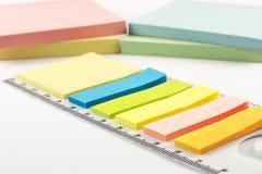 Etiquetas coloridas no fundo branco Fotografia de Stock