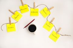 Etiquetas das notas para lembrar os dias da semana Notas engra?adas com as emo??es pintadas, refletindo os dias da semana Segunda fotografia de stock royalty free