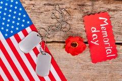 Etiquetas de cão e flor vermelha da papoila Imagem de Stock Royalty Free